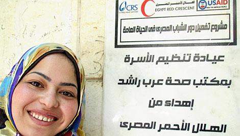 """Ibtisam Gamal, de 24 años, ayudó a establecer una nueva clínica de salud en El Cairo después de participar en un programa de CRS llamado """"Egyptian Youth Take Action"""" (Jóvenes egipcios toman acción). Foto de Emily Ardell / CRS /CRS"""