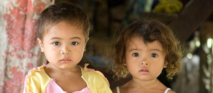 Dos jóvenes residentes de un pueblo en Mindanao, una de las provincias en Filipinas donde CRS se enfoca en construcción de la paz después de años de conflicto entre varios grupos religiosos y tribales. Foto de David Snyder para CRS